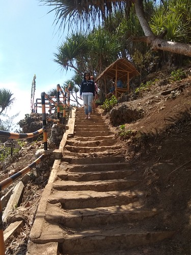 Jalan ke Puncak Pulau Drini diambil dari bawah (untung mbaknya enggak pakai rok mini