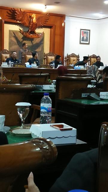 Suasana Rapat Paripurna DPRD Kabupaten Tulungagung di Graha Wicaksana, Gedung DPRD Tulungagung, Sabtu malam (29/9)