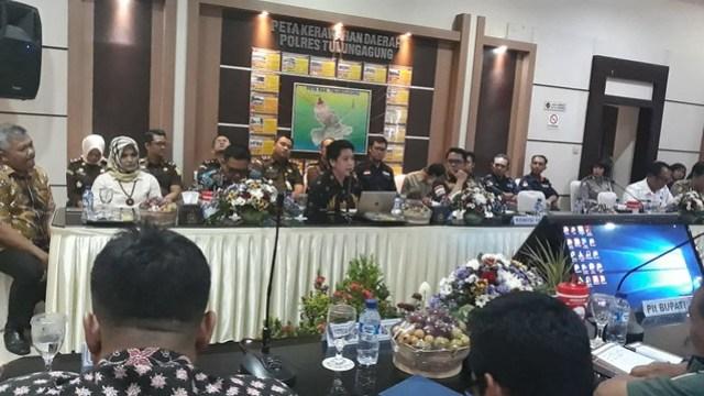 Suasana pertemuan Forkopimda dengan komisi III DPR RI di Opsroom Polres Tulungagung (08/11)