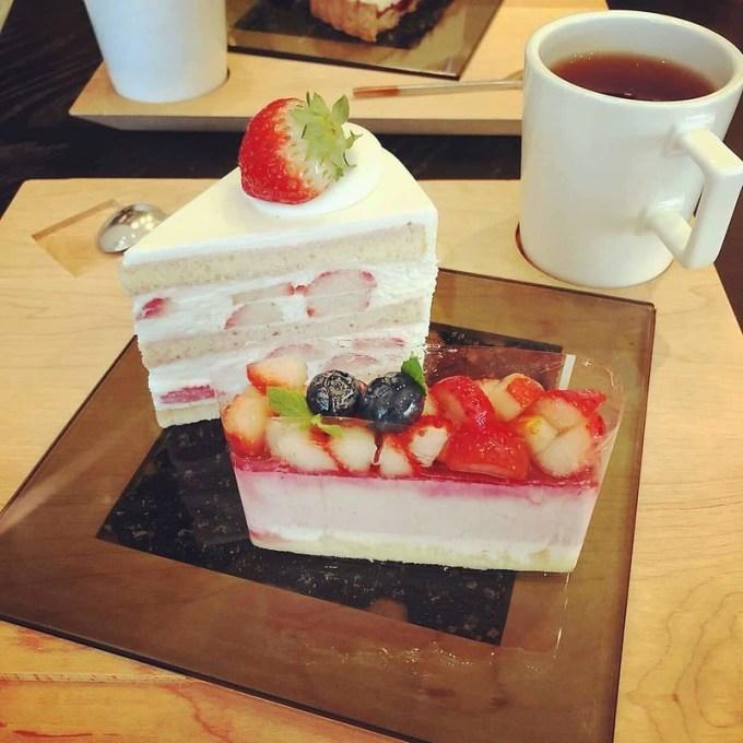 プレミアム・ショートケーキ、いちごのタルト、紅茶HOTいちご。メゾン・ド・フルージュ(maison de frouge)にて、2018年9月24日撮影。