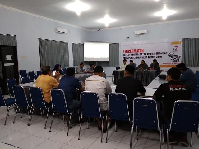 Suasana pelaksanaan pencermatan DPTHP-1 oleh KPU, Bawaslu, dan perwakilan Parpol di Gedung Media Center KPU Tulungagung (27/9)