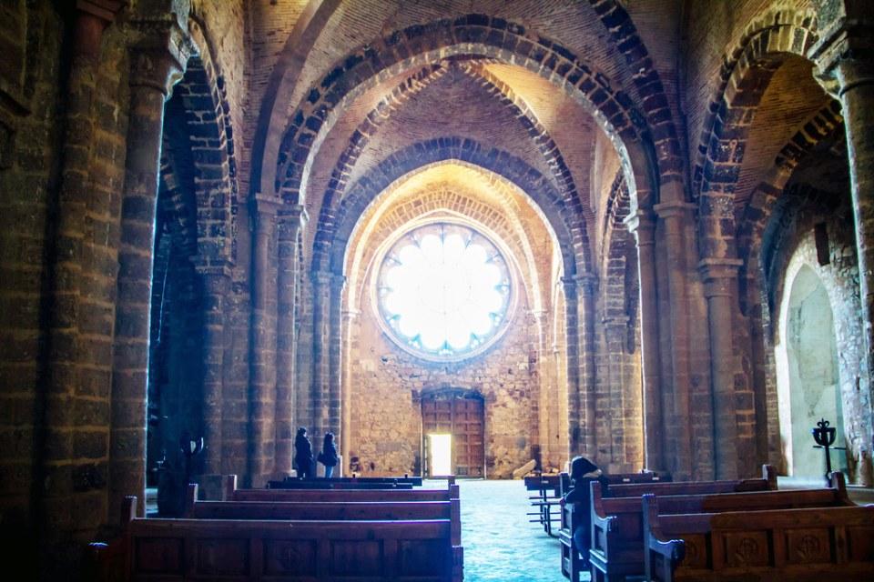 roseton y nave central interior Iglesia Sacro Convento y Castillo de Calatrava la Nueva Aldea del Rey Ciudad Real