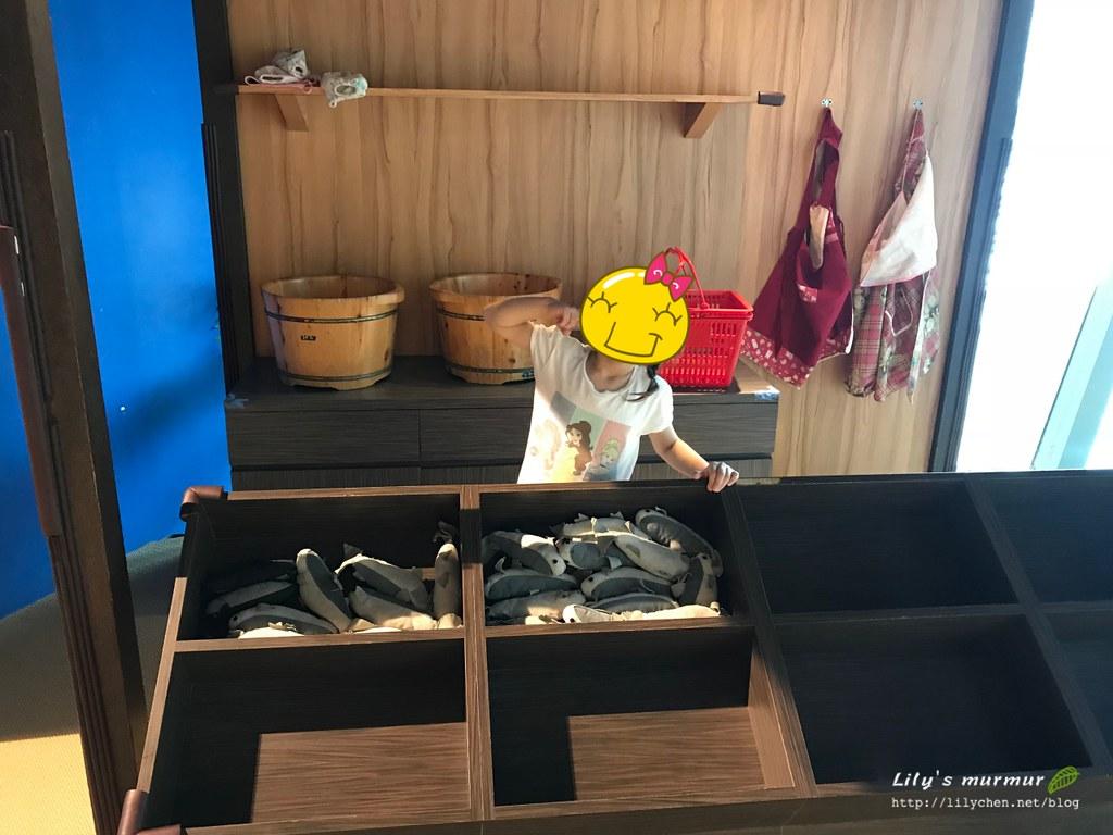 賣魚區小妮開心拍照,結果不到一分鐘魚都被其他小朋友拿去煮了。