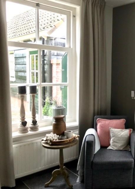 Stoel wijntafel vensterbank kandelaars