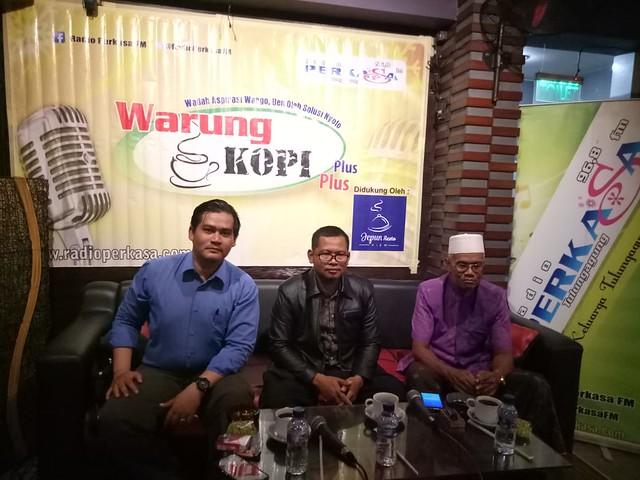 Ketiga narasumber saat menyimak pendapat dari peserta diskusi di halaman Radio Perkasa FM (24/9)