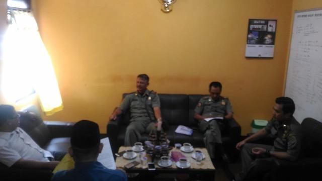 Perwakilan dari Satpol PP saat ditemui ketua KPU Suprihno, M.Pd., di Kantor KPU Tulungagung (3/12)