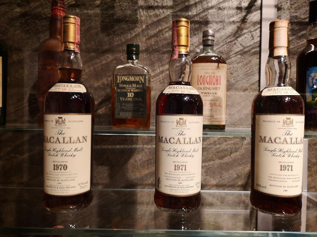 In de verzameling vond ik ook een aantal flesjes uit 1971 wat blijkbaar toch ook niet zo een makkelijk whisky jaar is