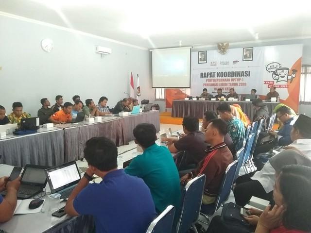 Suasana rapat koordinasi penyempurnaan DPTHP-1 Pemilu 2019 di gedung media center KPU Tulungagung (24/10)