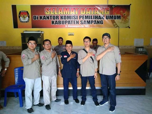 Komisioner KPU Tulungagung saat memonitoring pelaksanaan pemungutan suara ulang di Kabupaten Sampang (27/10)