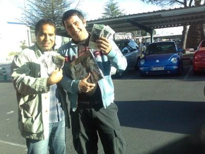 Nacho y Luis con las entradas
