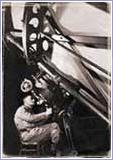 Edwin Hubble dengan teleskop raksasanya.