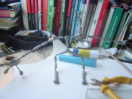 Primeiro esqueleto de metal para um boneco