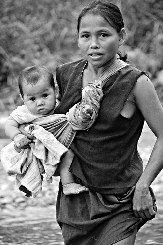 Mother carries her baby aban Pinoy Filipino Pilipino Buhay  people pictures photos life Philippinen  菲律宾  菲律賓  필리핀(공화�) Philippines