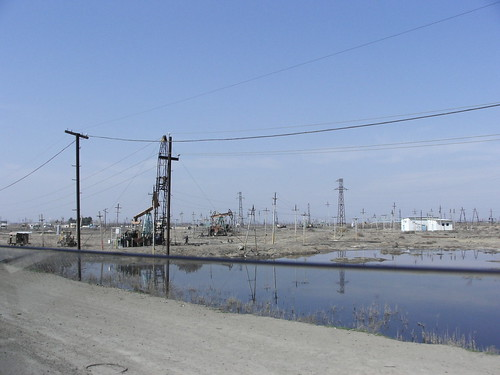 Αντλίες πετρελαίου δίπλα στην εθνική