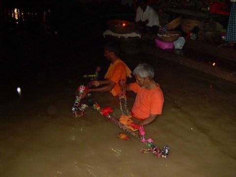 Devotos de Shiva en el Ganges
