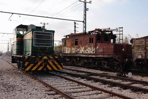 Tractor y oxidada locomotora