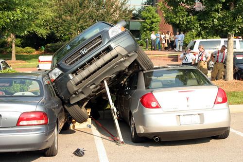 Πώς να παρκάρετε το SUV σας σε στενό χώρο..