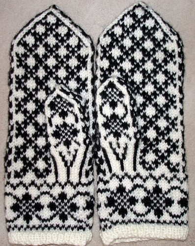 Selbuvotter Mittens NHM#9 back of hand finished 12-19-2007 10-32-22 AM