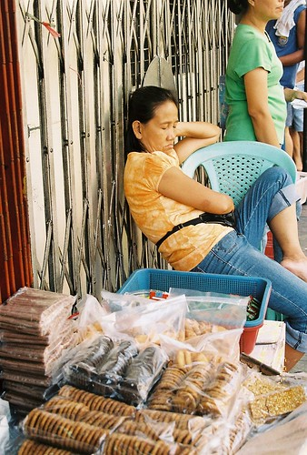 Pasig Manila woman snack vendor asleep on a chair sweet cookies Pinoy Filipino Pilipino Buhay  people pictures photos life Philippinen  菲律宾  菲律賓  필리핀(공화�) Philippines