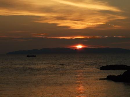 夕陽と遊覧船