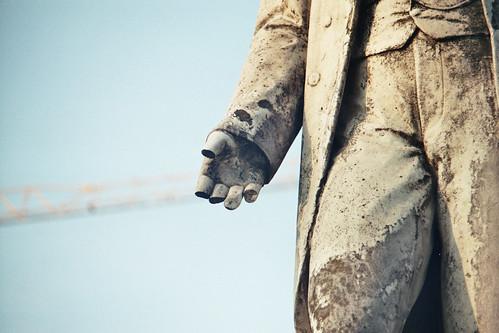Une main tendu fragilisé par le temps