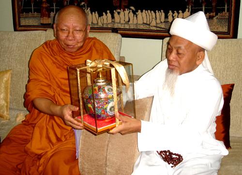 Syeikh Mahmud menerima bunga ufti daripada Tok Sami Besar Siam