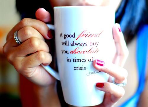 Um amigo sempre irá lhe comprar um chocolate em tempos de crises. Photo by Shai Coggins.