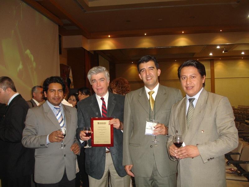 Bungeanos con la placa de premio a Mario Bunge en OUI