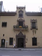 Musée Casa Padilla, ancienne demeure de style italien, devant la place. Aujourd'hui un musée d'objets, azuleros, porcelaines autour de 4 petits patios paisibles.