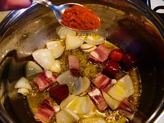 Sofriendo la cebolla, el chorizo y la panceta