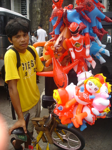 Tiwi, Albay toy vendor, inflatables, bike, bicycle, street boy  Buhay Pinoy Philippines Filipino Pilipino  people pictures photos life Philippinen  菲律宾  菲律賓  필리핀(공화�)  balloon