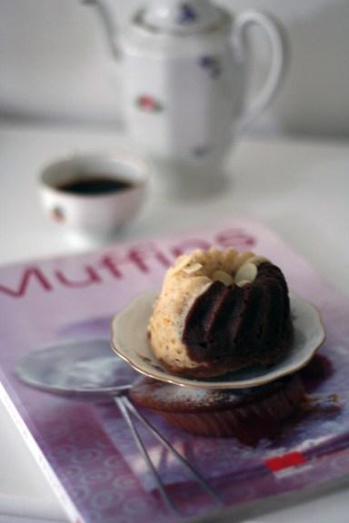 marmor-muffins mit gehackten mandeln