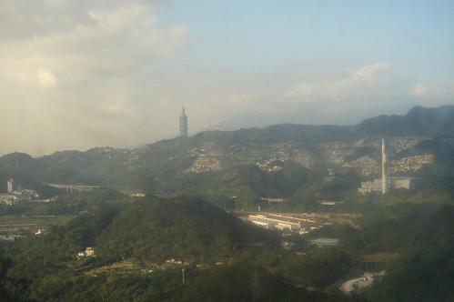 貓纜眺望台北101大樓與木柵焚化廠大煙囱