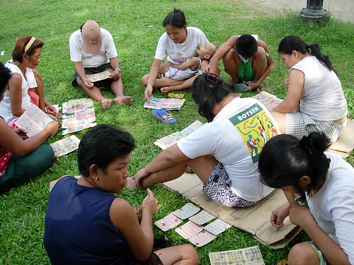 Bingo game get together in a park Pinoy Filipino Pilipino Buhay  people pictures photos life Philippinen  菲律宾  菲律賓  필리핀(공화�) Philippines