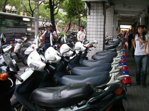 台湾の白バイならぬ白原付
