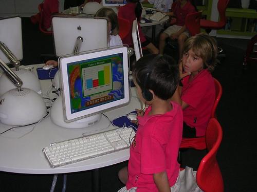 Crianças cada vez mais cedo começam a usar computadores