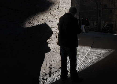 Amenazadoras sombras / Threatening shadows por Miguel Ángel Yuste.