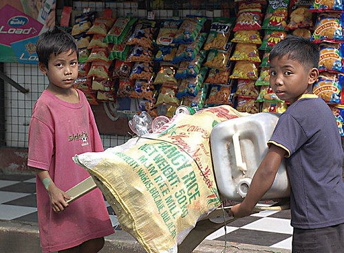 young boy scavengers recyclers Buhay Pinoy Philippines Filipino Pilipino  people pictures photos life Philippinen