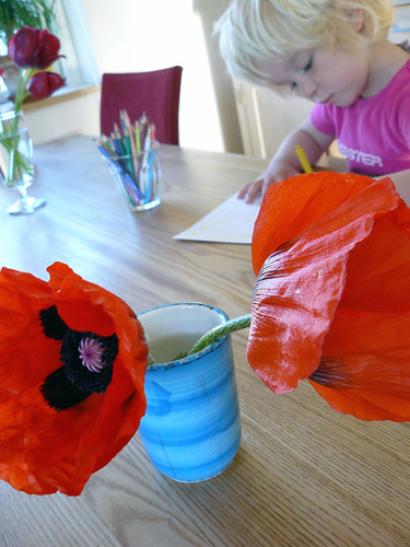 Poppies - Ronja is drawing in the background