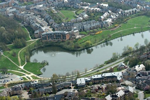 Le lac de Louvain-la-Neuve, séparant les quartiers de l'Hocaille et de Bruyères