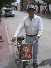 Au hasard des rues, un petit monsieur avec son livre sur Salta....Un beau symbole de cette ville cycliste.