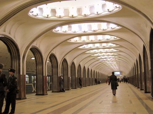 Avenida central en la estación de metro de Mayakovskaya, en el metro de Moscú