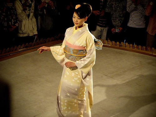 기모노를 입은 모델이 포즈를 취하고 있다.