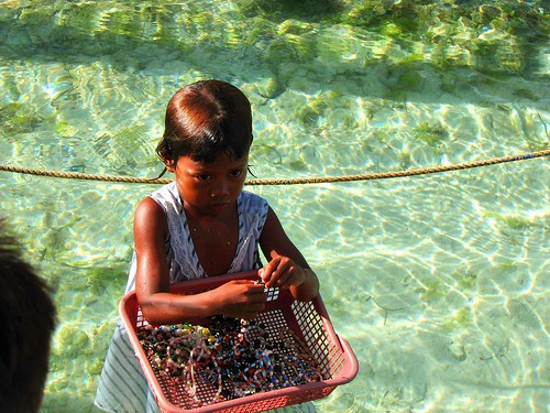 young girl vendor selling shell necklaces handicrafts Pinoy Filipino Pilipino Buhay  people pictures photos life Philippinen  菲律宾  菲律賓  필리핀(공화�) Philippines