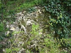 Le mur mystérieux derrière la colline
