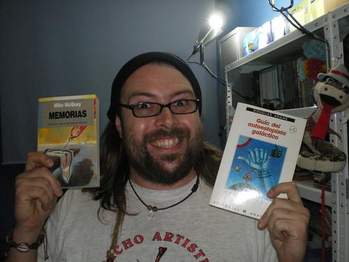 Chema es feliz con un libro, asi que con dos...