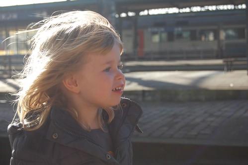 Elle wacht op de trein