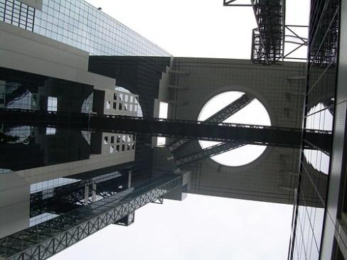 Umeda Sky Building de Osaka desde abajo