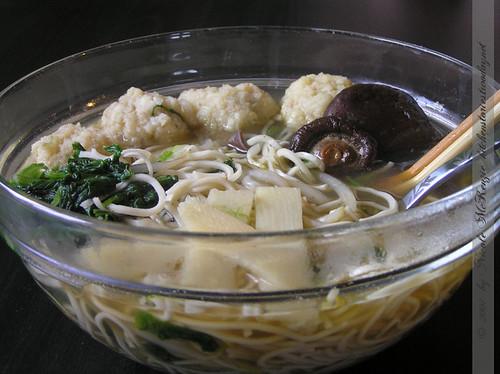 Schneller Ramen-Suppentopf mit Fischbällchen