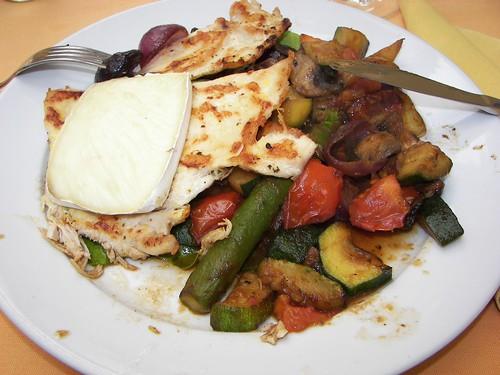 Grillezett csirkemell camemberttel és párolt zöldségekkel